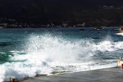 Pulvérisez des vagues brisées contre le rivage photo stock
