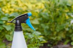 Pulvérisez la bouteille sur un fond d'un gisement de pomme de terre photographie stock libre de droits