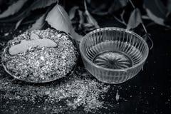 Pulver av indisk iilac eller neem med rå gurkmeja och honung som används i många gamla och moderna tandbehandlingar arkivbilder