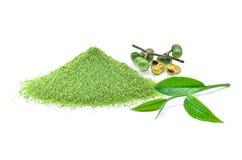 Pulver des grünen Tees, Teeblatt, Teesamen lokalisiert auf weißem Hintergrund Lizenzfreie Stockfotos