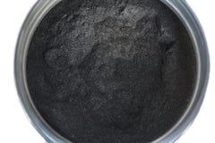 Pulver för aktiverat kol i en krus arkivfoton