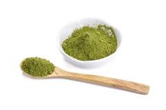 Pulver för grönt te på plattan på vit bakgrund Royaltyfria Bilder