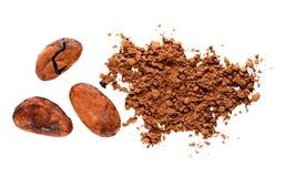 Pulver för kakao för kakaobönor som isoleras på vit Arkivbilder