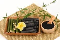 Pulver för nytt och torkat bambu och bambukol arkivbilder