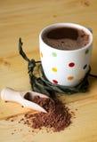 Pulver för varm choklad och bruntpå den ljusa tabellen royaltyfri bild