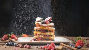 Pulver f?r kockSprinkling socker p? den smakliga pannkakan, ultrarapid Mj?l som s?llas p? pannkakor N?rbildpannkakor staplar p? stock video