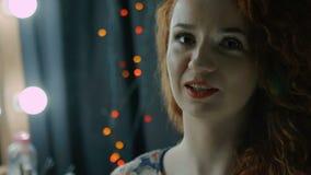 Pulver gießt auf das Gesicht des Mädchens fachmann stock video footage
