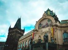 Pulver-Turm und Sozialhaus in Prag Lizenzfreies Stockfoto
