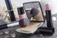 Pulverask med spegeln och den kosmetiska borsten Royaltyfria Foton