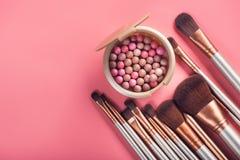 Pulverbollar och kosmetisk borste Arkivfoton