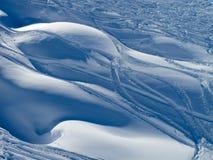 Pulverice los rastros de la nieve y del esquí Imagenes de archivo