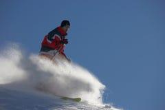 Pulverisieren Sie Skifahren lizenzfreies stockfoto