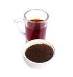 Pulverisieren Sie Tee auf einer Schüssel mit einer Tasse Tee Lizenzfreie Stockfotos