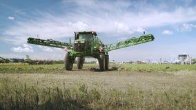 Pulverizador agrícola transformado após trabalhos molhando no campo Máquina de pulverização vídeos de arquivo