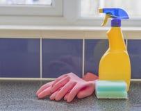 Pulverizador amarelo dos produtos de limpeza Imagem de Stock