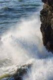 Pulverizador das ondas que batem uma rocha Fotografia de Stock Royalty Free