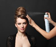 Pulverizador de cabelo, mulher sobre o preto Imagens de Stock Royalty Free