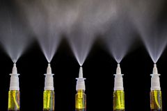 Pulverizador de pulverizadores nasais como uma droga em caso do frio fotografia de stock