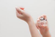 Pulverizador em seu perfume das mãos Fotografia de Stock