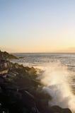 Pulverizador na costa rochosa Imagens de Stock Royalty Free