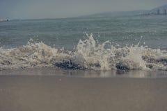 Pulverizador na praia da ilhota de Gulangyu imagem de stock royalty free