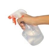 Pulverizando um pano com o detergente para a roupa na garrafa do pulverizador Fotografia de Stock Royalty Free
