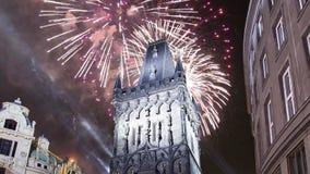 Pulverize fogos-de-artifício da porta e do feriado da torre em Praga, República Checa video estoque
