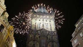 Pulverize fogos-de-artifício da porta e do feriado da torre em Praga, República Checa filme