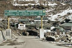 Pulwama, Jammu Srinagar National Highway, India 14 Februari 2019: Weergeven van lege Indische pensionairweg na aangevallen door v stock afbeelding