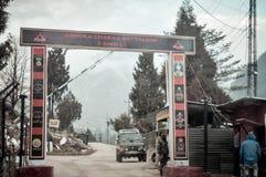 Pulwama Jammu Srinagar National Highway, Indien 14 Februari 2019: Indisk stolpe, efter du anfallas av denuthärdade självmordsbomb royaltyfri bild