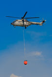 Puma super Eurocopter AS-332M1 T-317 com Bambi Bucket Foto de Stock