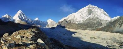 Pumori、Nuptse和洛子峰峰顶视图,尼泊尔 库存图片