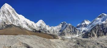 Pumori、Nuptse和洛子峰峰顶视图,尼泊尔 图库摄影