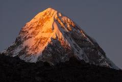 Pumori或Pumo在日落,尼泊尔的喜马拉雅山的Ri。 免版税库存照片