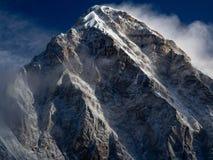 Pumori на восходе солнца в зоне Эвереста, Гималаях Непале стоковое фото rf
