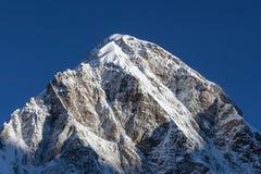 Pumori-Bergspitze auf der berühmten Everest-Basis Stockfotos
