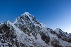 Pumori-Bergspitze auf der berühmten Everest-Basis Lizenzfreie Stockfotos