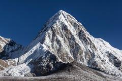 Pumori halny szczyt na sławnej Everest bazie Fotografia Royalty Free