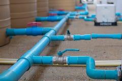 Pump för installation för rör för blått vatten som tankar Arkivfoto