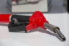 Pump f?r bensinstation f?r dysa f?r br?nsle f?r bensinpistolpump Man som tankar bensin med br?nsle i en bil som rymmer en dysa In royaltyfri fotografi