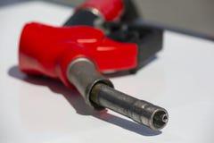 Pump f?r bensinstation f?r dysa f?r br?nsle f?r bensinpistolpump Man som tankar bensin med br?nsle i en bil som rymmer en dysa In royaltyfria bilder