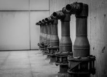 pump f?r brands?kerhet p? cementgolv av konkret byggnad St?rtflodsystem av brandbek?mpningsystemet R?rmokeribrandskydd Brandpump arkivfoton