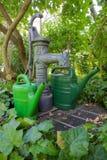 Pump som är väl och bevattnar cans 01 Arkivfoto