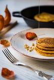 Pumpa bakade pannkakor på en platta Arkivbilder