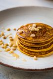 Pumpa bakade pannkakor på en platta Fotografering för Bildbyråer