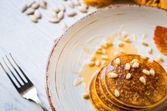 Pumpa bakade pannkakor på en platta royaltyfri bild