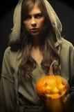 pumpa för halloween holdingmonk Royaltyfri Bild