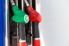 Pumpa gas på pumpen Closeup av manbensinbränsle i bilstation Royaltyfria Foton