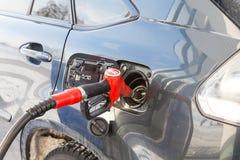 Pumpa gas på pumpen Closeup av manbensinbränsle i bilstation Arkivfoton