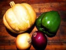 Pumpa guld- lök, purpurfärgad lök, grön spansk peppar Arkivfoto